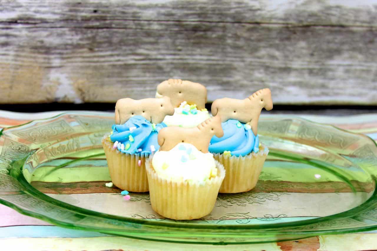 animal cracker baby shower cupcakes