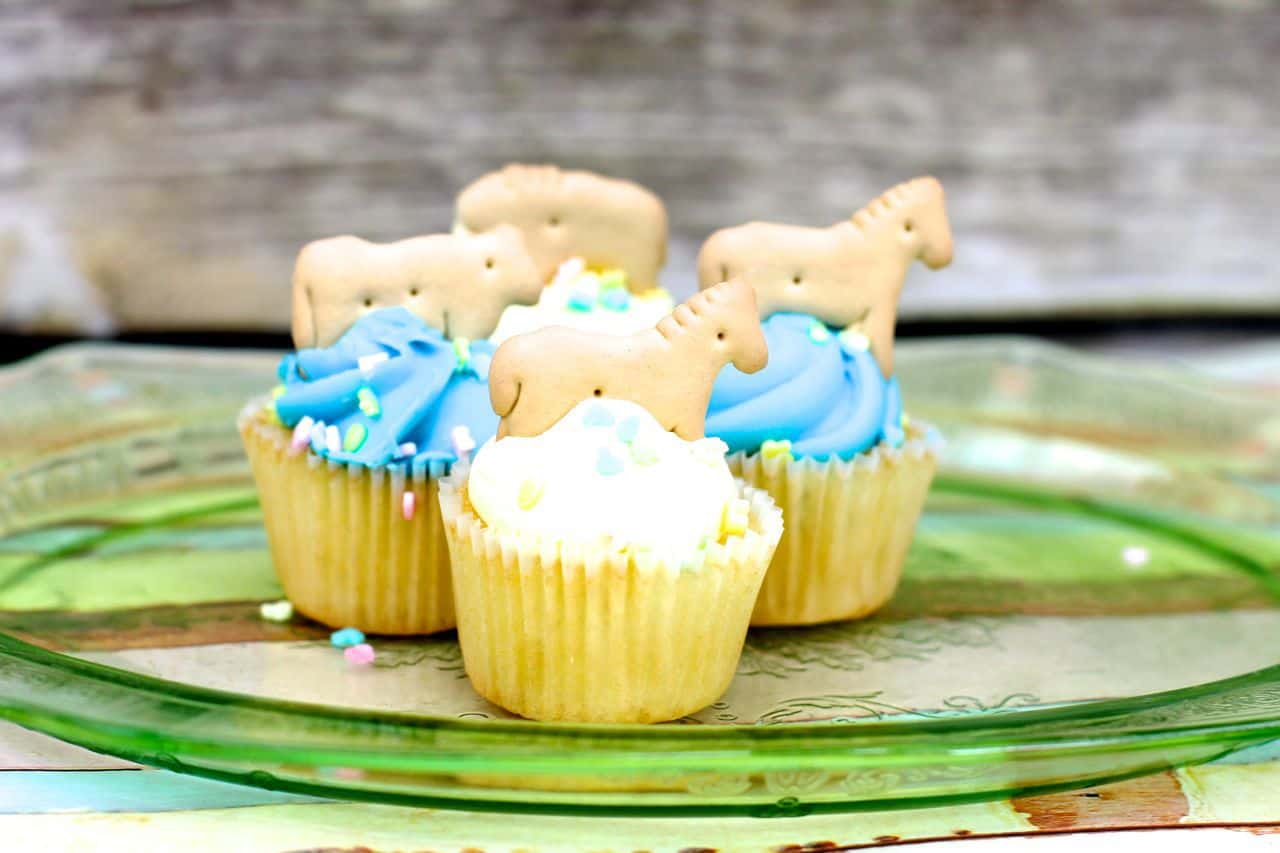 animal cracker baby shower cupcakes