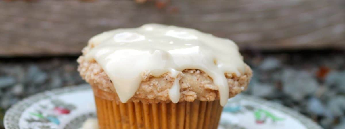 easy eggnog cupcakes muffins with streusal crumbs
