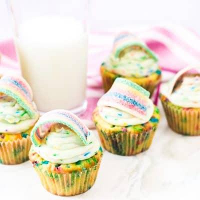 funfetti cupcakes } cupcakes with rainbow sprinkles