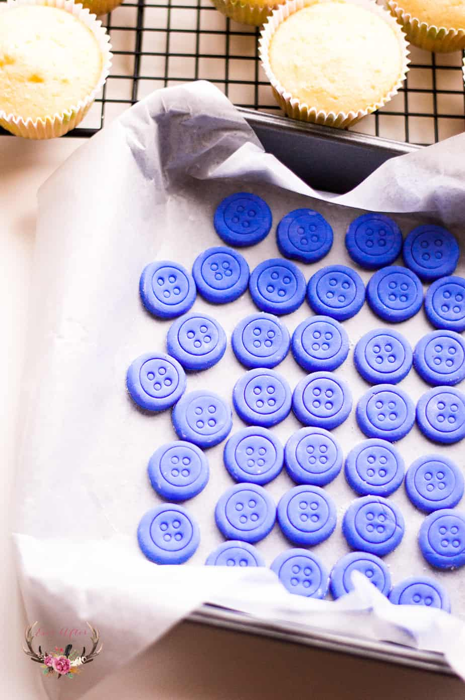 These button cupcakes are the perfect dessert for a gender neutral baby shower. Simply make your cute buttons from the color of your shower theme.