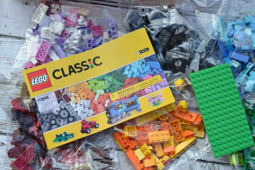 whats included in lego classic box bin
